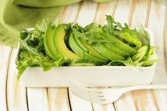 Grön sallad med avokadot och arugula arkivfoton