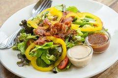 Grön sallad med bacon Arkivfoton