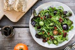 Grön sallad med det gröna tomat-, pecannöt- och Goji bäret Arkivbild