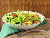 grön sallad med tomater och sparris royaltyfri fotografi