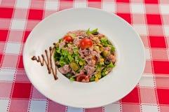 Grön sallad med tonfiskfisken Royaltyfria Bilder