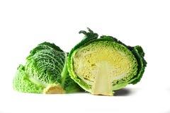 Grön savojkål, en sund vintergrönsak, halverat huvud som isoleras på en vit bakgrund royaltyfri foto
