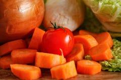 Grön savojkål och andra grönsaker på tappningträtabellen royaltyfri fotografi