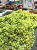 Grön shopping för ny marknad för druvor Arkivbild