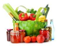 Grön shoppingpåse med livsmedel på vit Royaltyfria Foton