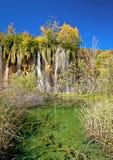 Grön sjö under den Plitvice vattenfallet Arkivfoto