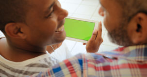 Grön skärmminnestavlabildskärm med glade par genom att använda internet Arkivbilder