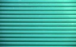 Grön slutaredörr eller stålrulldörr, metallbakgrund royaltyfria foton
