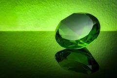 Grön smaragd för jätte på en grön bakgrund Arkivfoton