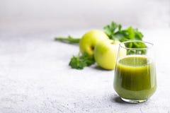 Grön smoothie av äpplet, selleri och mintkaramellen Arkivfoton