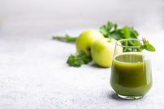 Grön smoothie av äpplet, selleri och mintkaramellen Royaltyfria Bilder