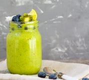 Grön smoothie från grönkål och bananen Fotografering för Bildbyråer