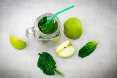Grön smoothie i den glass kruset med nya organiska gröna grönsaker Royaltyfri Bild