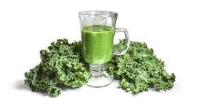 Grön Smoothie i exponeringsglas med grönkål på vit Royaltyfri Bild