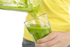 Grön smoothie i exponeringsglaset Arkivbilder