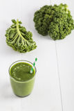 Grön smoothie med grönkålsidor royaltyfria bilder
