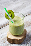 Grön smoothie med kiwin, äpplet, sallad och broccoli, sund dri arkivbild