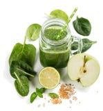 Grön smoothie med mintkaramellen royaltyfria bilder
