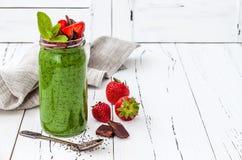 Grön smoothie med superfoods Kärnar ur chiaen Matcha för grönt te pudding Royaltyfri Fotografi