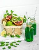 Grön Smoothie på vit bakgrund Arkivbilder