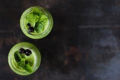 Grön smoothie två i kruset Arkivfoto