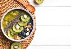 Grön smoothiebunke med kiwi-, blåbär- och chiafrö Royaltyfri Foto