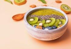 Grön smoothiebunke med kiwi-, blåbär- och chiafrö Arkivbild