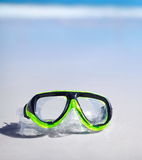 Grön snorkel och vattentät maskering som ligger på sand Royaltyfri Fotografi