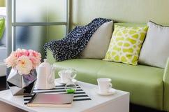Grön soffa med kuddar arkivbild