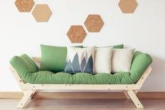 Grön soffa och korkdekor royaltyfri bild