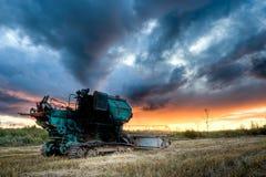 grön solnedgång för combine under arkivbilder