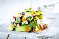 Grön sommarsallad för gourmet i fyrkantig platta Fotografering för Bildbyråer