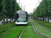 Grön spårvagnlinje i Strasburg ekologiskt trans.hjälpmedel arkivfoto