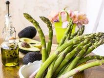 Grön sparris med avokadot och olivolja Royaltyfri Fotografi