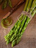 Grön sparris på en lantlig bakgrund royaltyfri fotografi