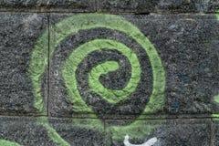 Grön spiral på den svarta väggen Royaltyfria Bilder