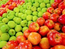 grön stapelred för äpplen Royaltyfri Fotografi