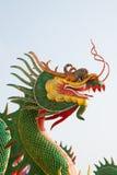 grön staty för drake arkivbild