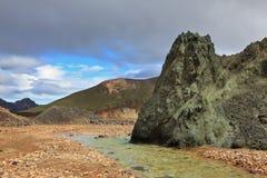 Grön stenklippa Arkivbilder