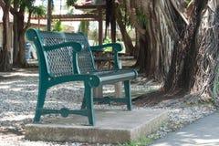 Grön stol parkerar offentligt Arkivbild