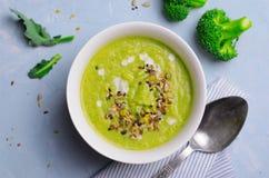 Grön strikt vegetarianbroccoli skummar soppa med Icke-mejeri mjölkar och kärnar ur blandningen, sunt äta för Detox arkivbilder