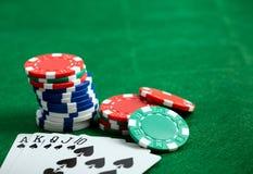 Grön tabell för kasino med chiper och lekkort Arkivbilder