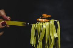 Grön tagliatelle med skaldjur arkivbilder