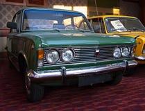 Grön tappningbil, med kromgallret arkivfoton