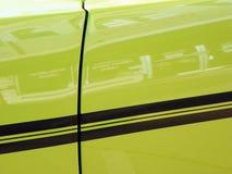 Grön tappningbil som är retro Arkivfoton