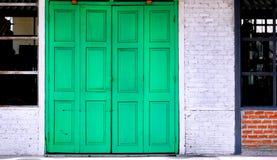 Grön tappningdörr Royaltyfria Foton