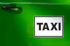 Grön taxi Arkivbilder