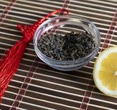 Grön te i ett tefat och närliggande en citron Royaltyfria Bilder