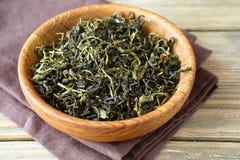 Grön tea lämnar i en bunke Royaltyfri Foto
