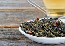 Grön tea lämnar och kuper av tea Royaltyfria Bilder